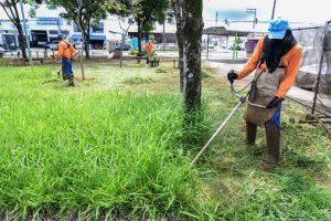 Prefeitura faz limpeza em praças públicas