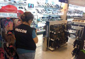 Procon realiza fiscalização periódica e faz orientações no comércio central