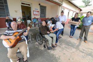 Fundo Social presenteia idosos e crianças com ovos de Páscoa