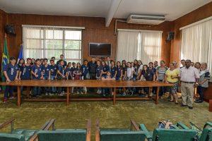 Alunos da Escola Oscar de Almeida  visitam paço e entrevistam prefeito