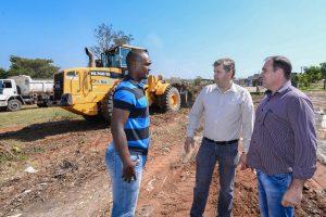Prefeitura retira 7 caminhões de sujeira  em terreno ao lado de ecoponto