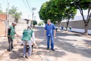 Prefeitura faz limpeza e manutenção  na Avenida 49 no Jardim Anhanguera