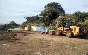 Prefeitura retira lixo e entulho  em  terrenos no Cervezão