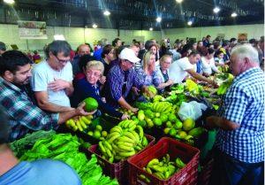 Feira Corujão recebe grande público e esgota produtos nas bancas