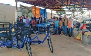Prefeitura entrega três triciclos para catadores