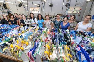 Fundo Social presenteia mães com bolsas feitas de material reaproveitável