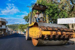 Prefeitura recupera asfalto de rua  em frente a escola na Vila Paulista