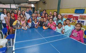 Mesa de pingue-pongue faz alegria de crianças de projeto social