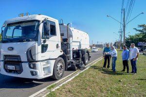 Caminhão varredeira volta a  operar após três anos parado