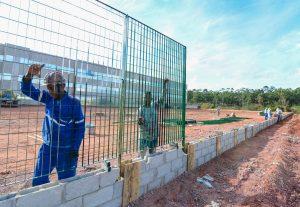 Iniciada a instalação de grades no novo fórum