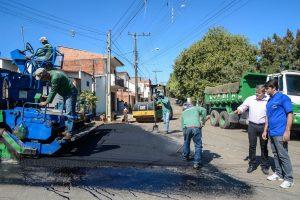 Prefeitura faz recapeamento asfáltico no Jardim São João