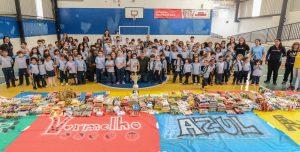 Escola Adventista doa roupas e alimentos ao Fundo Social