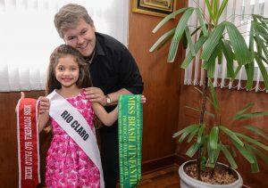 Juninho recebe visita da Miss Brasil Infantil