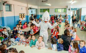 Zé Gotinha e equipe reforçam necessidade de vacinação com divulgação nas escolas