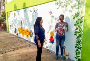 Funcionária transforma parede de escola  em painel de arte no Jardim Novo