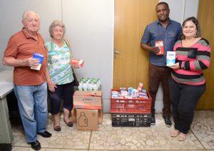 Grupo de terceira doa leite para Fundo Social