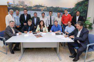 Juninho assina contrato para  nova creche no Jardim Araucária