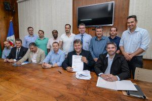 Prefeito Juninho assina contrato  para mais duas escolas em Rio Claro