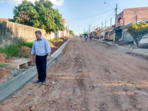 Prefeitura implanta guias e sarjetas para  pavimentação no Recanto do Paraíso