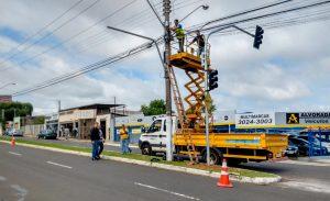 Prefeitura instala semáforos em movimentado cruzamento da região central