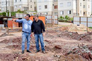 Construção de creche no Araucária  avança com construção de muro