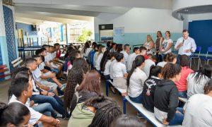 Estudantes discutem políticas  públicas com prefeito Juninho