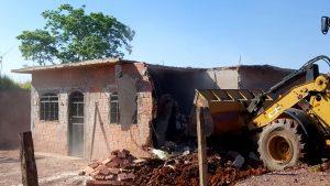 Prefeitura desmancha barracos  em área invadida de Batovi