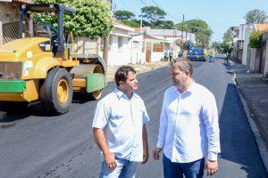 Prefeitura faz recapeamento  asfáltico da Rua M-6 no Cervezão