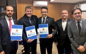 Após aval de Brasília, prefeito apresenta projetos de pavimentação, saúde e Daae