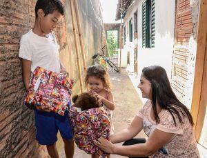 Quase 300 crianças recebem presentes de Natal do Fundo Social
