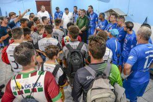 Clima de confraternização marca jogo com ex-atletas no Futebol Solidário