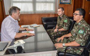 Prefeito recebe novo chefe de  instrução do Tiro de Guerra