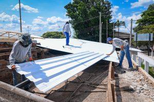 Reforma da UBS Wenzel prossegue  com troca de telhas e melhorias internas